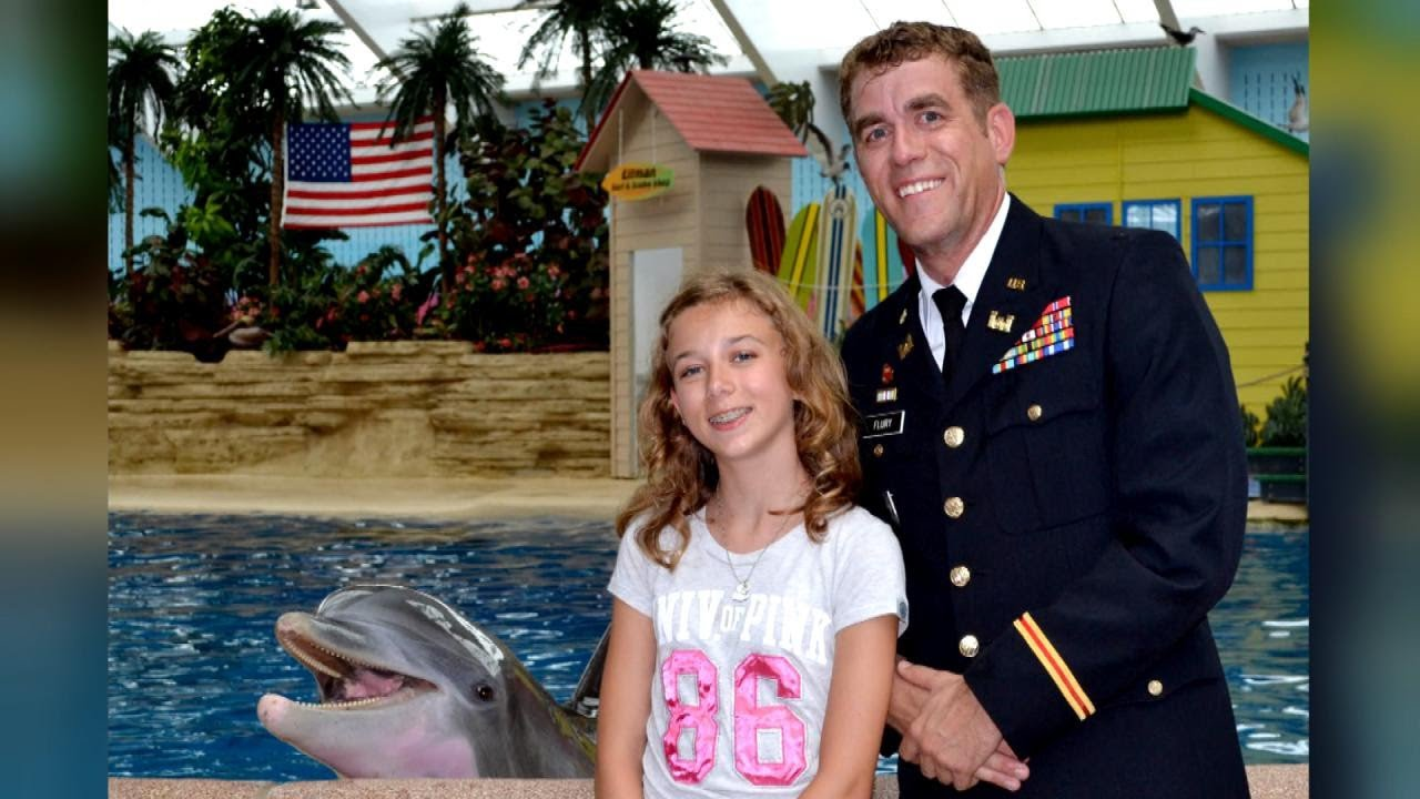 Military Dad Surprises Daughter With Early Homecoming At Zoo's Dolphin Show