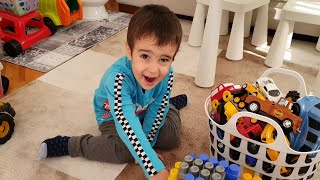 Berat Legolardan Araba Garajı Yaptı. Oyuncak Arabaları Park Etti. Kamyonet Garaja Giremedi