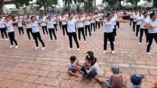 Chị em phụ nữ xóm 15 biểu diễn thể dục vũ hội nhân ngay 20 -10