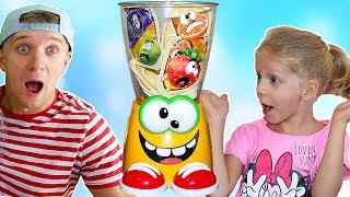 Супер ФРУКТОВЫЙ МИКСЕР Челлендж лови фрукты папа мама и Милана кто выиграет Веселые игры для детей