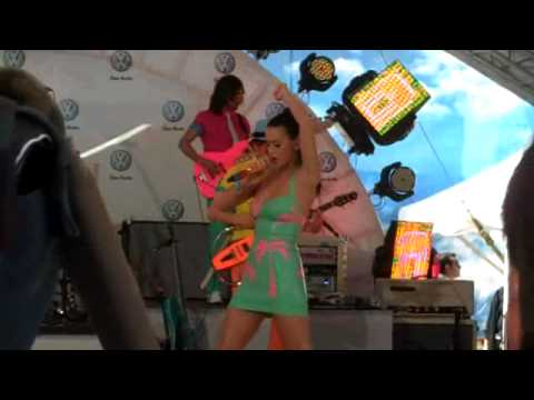 Daily Green Video Katy Perry Parties for VW