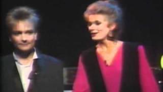 Programledaren nyper Dan Tillberg i bajjan Melodifestivalen 1985