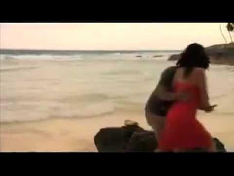 Sờ ngực trên bãi biển