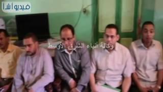 بالفيديو : محافظ المنيا يلتقي أهالي المختطفين في ليبيا^[