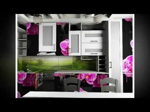 дизайн кухни с цветами на фасадах кухонного гарнитура, темные обои, светлые полки