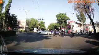 В центре Бишкека на пешеходном переходе сбили школьника