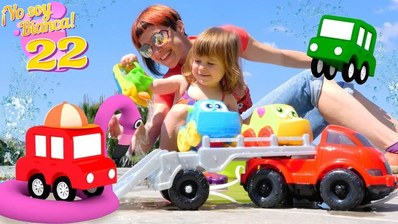 Bianca juega con los 4 coches coloreados. Los coches de juguetes. Vídeos para niños pequeños