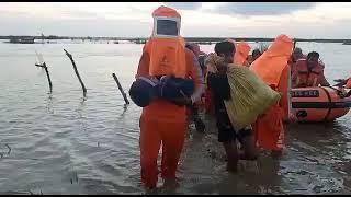 कुशीनगर में उफनती नदी में फंसी 150 लोगों से भरी नाव, देखिये कैसे रात भर चला रेस्क्यू ऑपरेशन,