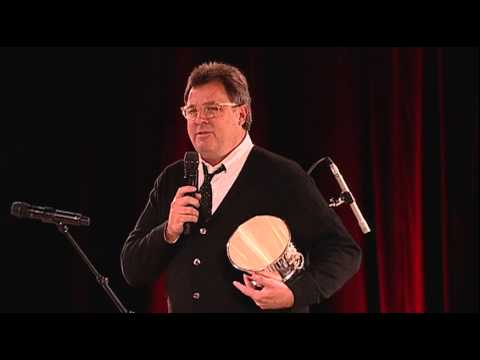 Vince Gill Accepts the Icon Award at the 2014 BMI Country Awards