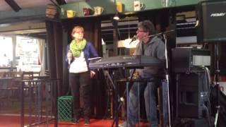 Blot slentre gennem regn - Lotte Rissholt og Jesper Christoffersen