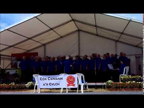 """Cor Cwmann yn canu """"Glan Geriwbiaid"""" yn Eisteddfod Genedlaethol Cymru, Sir Gaerfyrddin, 2014"""