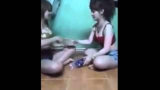 """2 GIRL XINH CHƠI OẢN TÙ TÌ """" TÁT NHAU"""""""