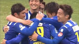 FKのチャンスからゴール前に折り返されたボールを中山 仁斗(山形)が押...