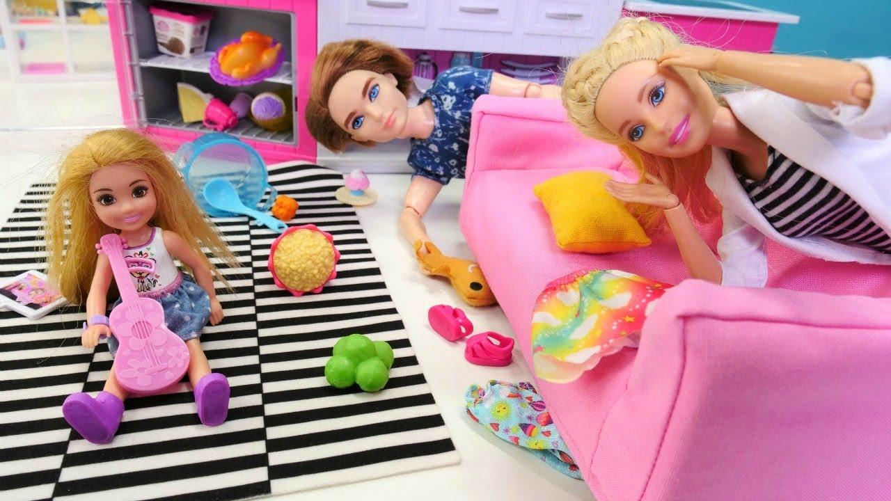 Barbie ailesi. Ken Chelsea'ye bakarken Barbie eve erken dönüyor. Kız oyunları