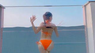 Clip gái xinh ăn chơi resort, tắm bể bơi kính trên không