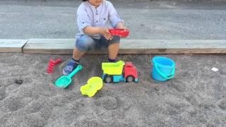 اطفال يلعبون بالرمل