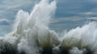 Шторм в Сочи. Черное море.(Сильный шторм на море. Выкинуло кучу песка и гальки. Волны доходили до 5-6 метров. Пока снимал -сильно промок., 2016-01-06T14:26:17.000Z)