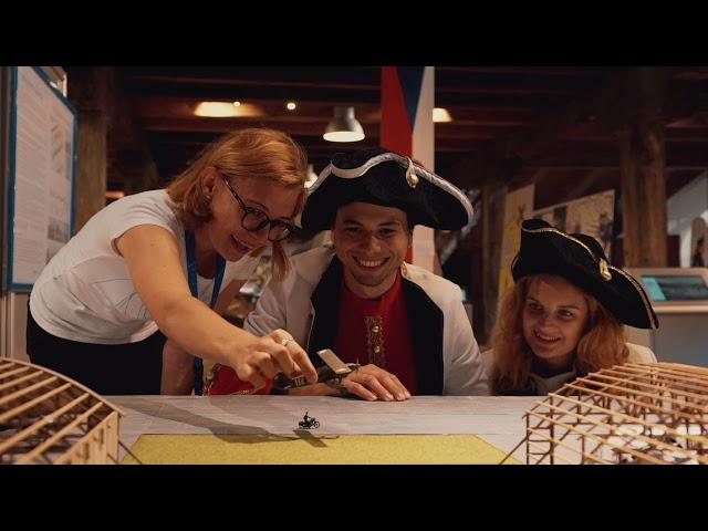 dvě smějící se dívky a chlapec