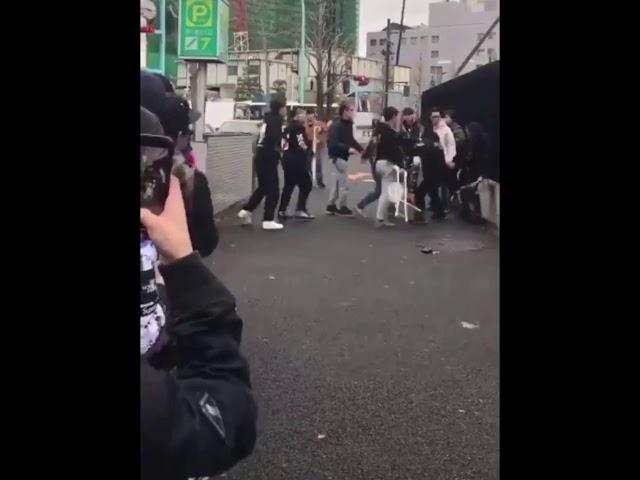 [喧嘩]パイプイスで殴る!中国人vs日本人 supremeの並びで中国人とセキュリティが喧嘩! #1