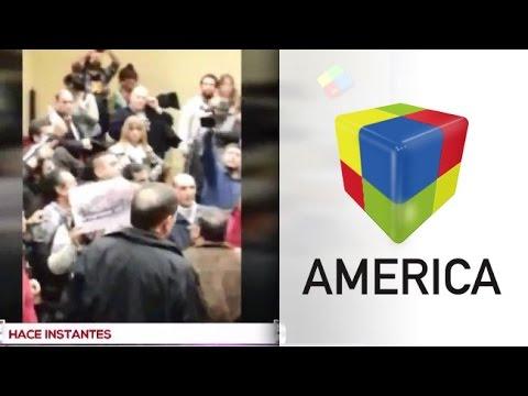 Manifestantes escracharon a Felipe Solá cuando iba a dar una charla