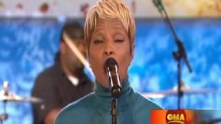 """Mary J Blige Sings """"Stronger"""" Live"""