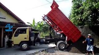 Mitsubishi Colt DumpTruck Stuck by Electric Cable While Unloading Sands
