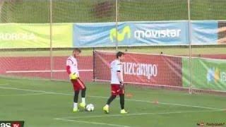 David De Gea pulls off cheeky nutmeg on Iker Casillas in Spain training 1