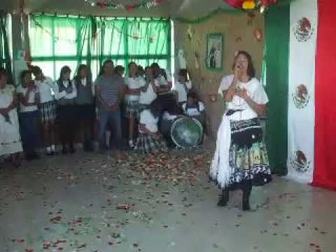 CRUCIFIJO DE PIEDRA CON NEREYDA A. CORRAL URTIAGA DE SAN JOSE DE LA NIÑA