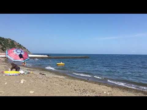 Тихий чистый пляж на южном берегу Крыма в Семидворье