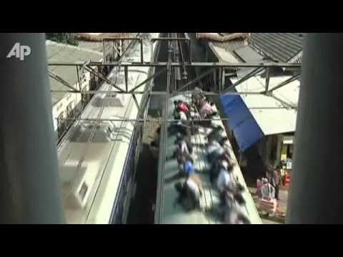 Indonesian 'train surfers' targeted with concrete balls.flv