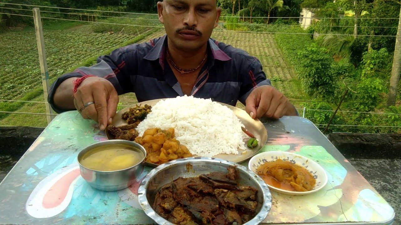 Eating Bengali Thali - Chuno Puti ( Small Fish Curry ) - Jhinge Aloo Posto - Lao Dal