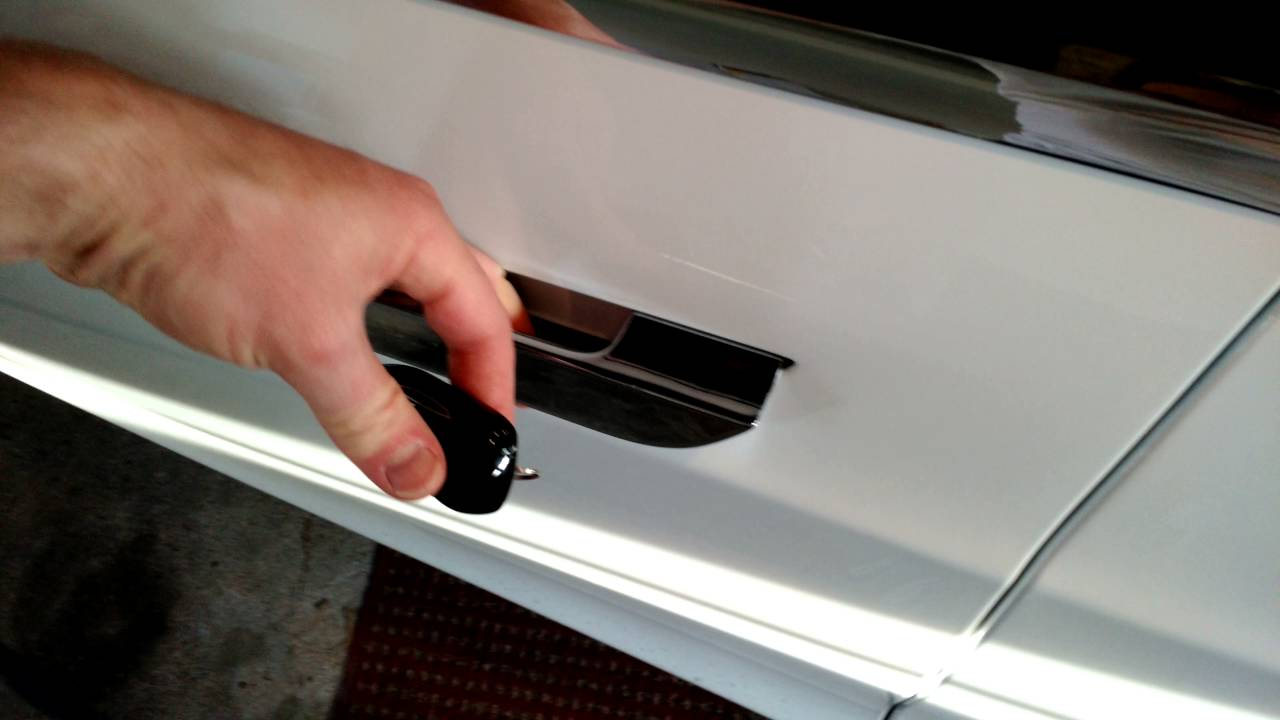What happens when Tesla Model S door handle closes on your hand ...