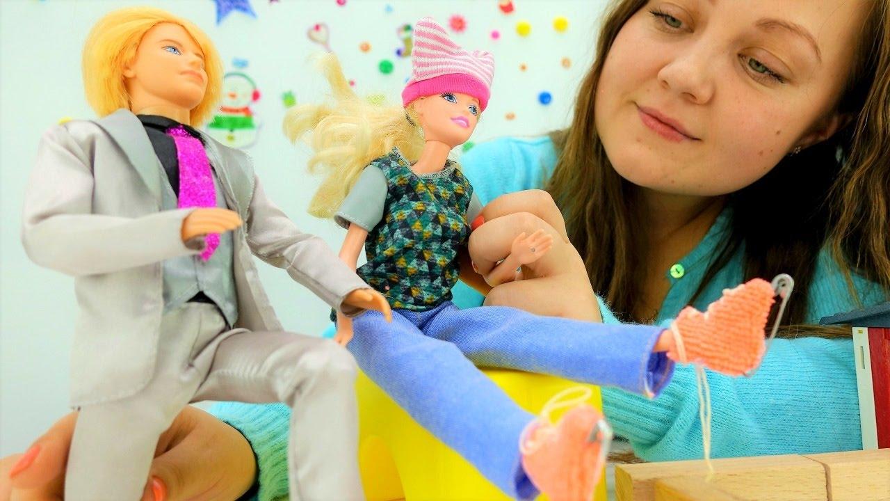 Поделки и игрушки для детей: Кен дарит Барби коньки - YouTube