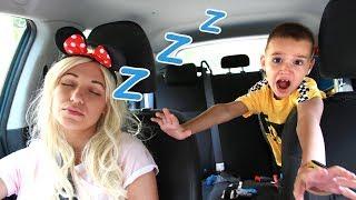 Максим и сонная Мама не могут поделить игрушки Видео для детей