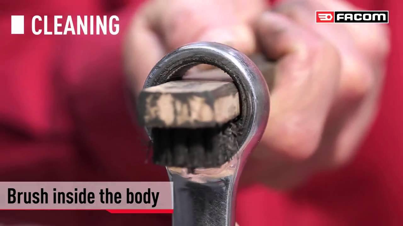 Ключи накидные с трещоткой. Ключ накидной с трещоткой, или трещоточный накидной гаечный ключ представляет собой прямую ровную рукоять, на концах которой размещены две торцевые головки, имеющие шесть или двенадцать граней и снабженные трещотками.