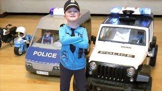 Полицейские игрушки, полицейские машины и полицейский великан Сеня преследуют мотоцикл