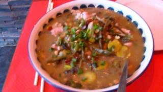 Soupe Chinoise de Poulet, choux et vermicelles au restaurant deux fois plus de piments