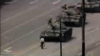 """[Legendado PT-BR] Foto """"Homem Tanque"""" - Praça da Paz Celestial"""