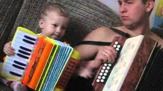 Учим ПАПУ играть на гармошке :)))