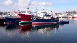 Catherine R being tugged to Blackrock pier in Killybegs