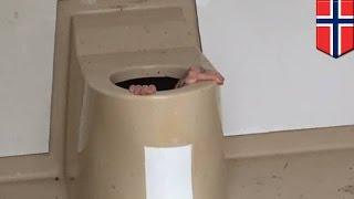 Pria terjebak di lubang wc berusaha mengambil hp temannya - Tomonews
