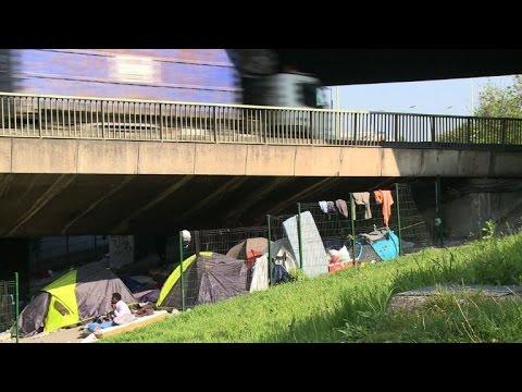 Hundreds of migrants camp in northeast Paris