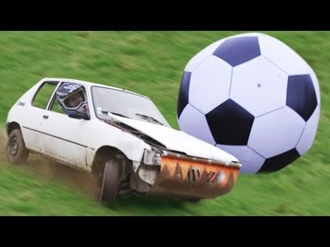 FOOTBALL GÉANT en VOITURE