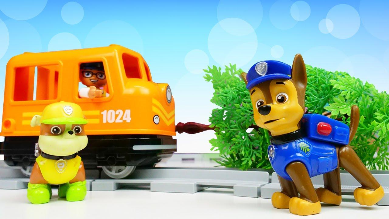 Los cachorros de la Patrulla Canina y un tren de Lego City. Juguetes de Paw Patrol en español