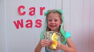 Nastya finge jugar lavado de autos con juguetes de limpieza