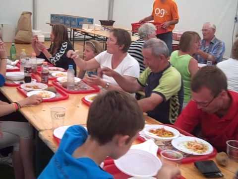 Fællesspisning i lange baner