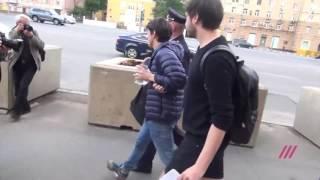 Полиция задержала у посольства США в Москве двоих человек за плакат «Любовь побеждает»