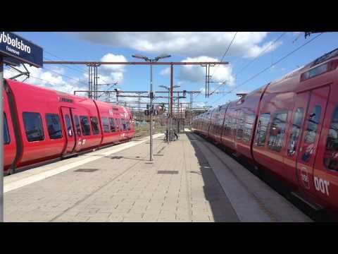 Linje B og E forlader Dybbølsbro Station i retning mod Hovedbanegården.