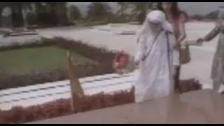 Ç'ndodhte natën te varri i Enverit derisa mbërriti Nënë Tereza?