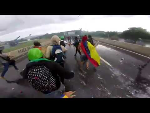 Plomamentazón GNB repeliendo manifestantes que los alcanzaban en Altamira